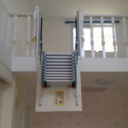 侧装式伸缩楼梯